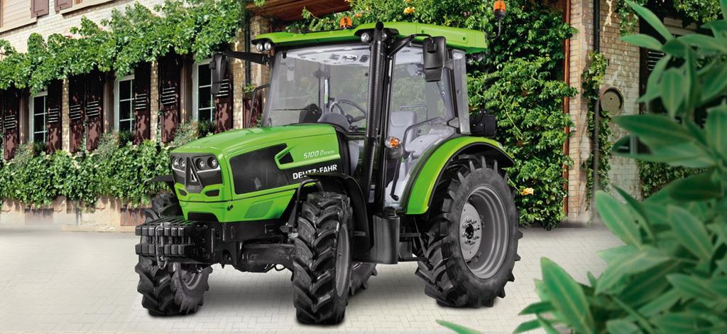 Traktor Serie 5D Keyline steht im Hof
