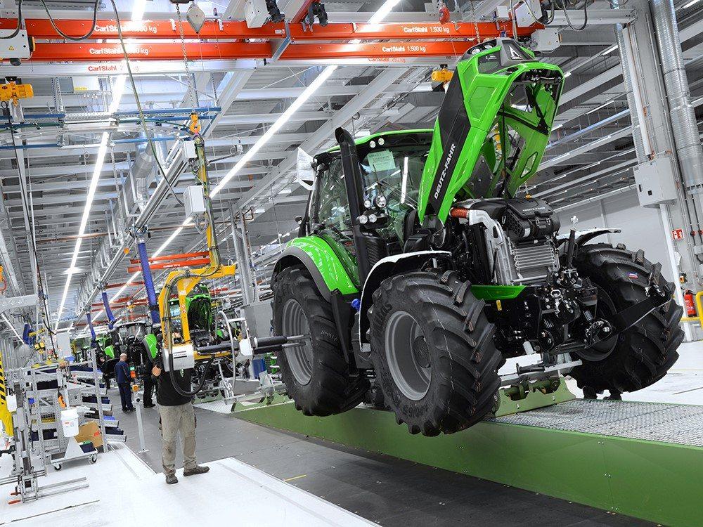 Ein grüner Deutz-Fahr Traktor in der Produktionshalle bei der Endmontage