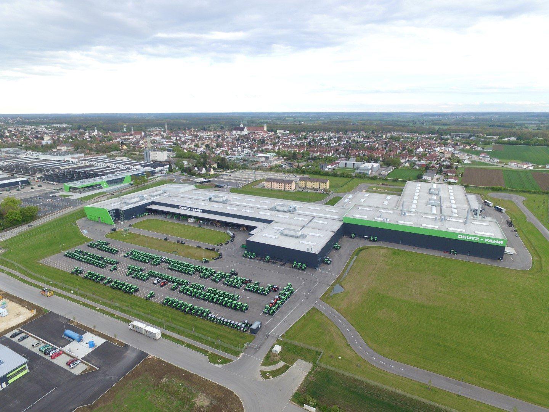 Luftansicht des hochmodernen Traktorenwerks in Deutschland mit Kunden- und Schulungszentrum