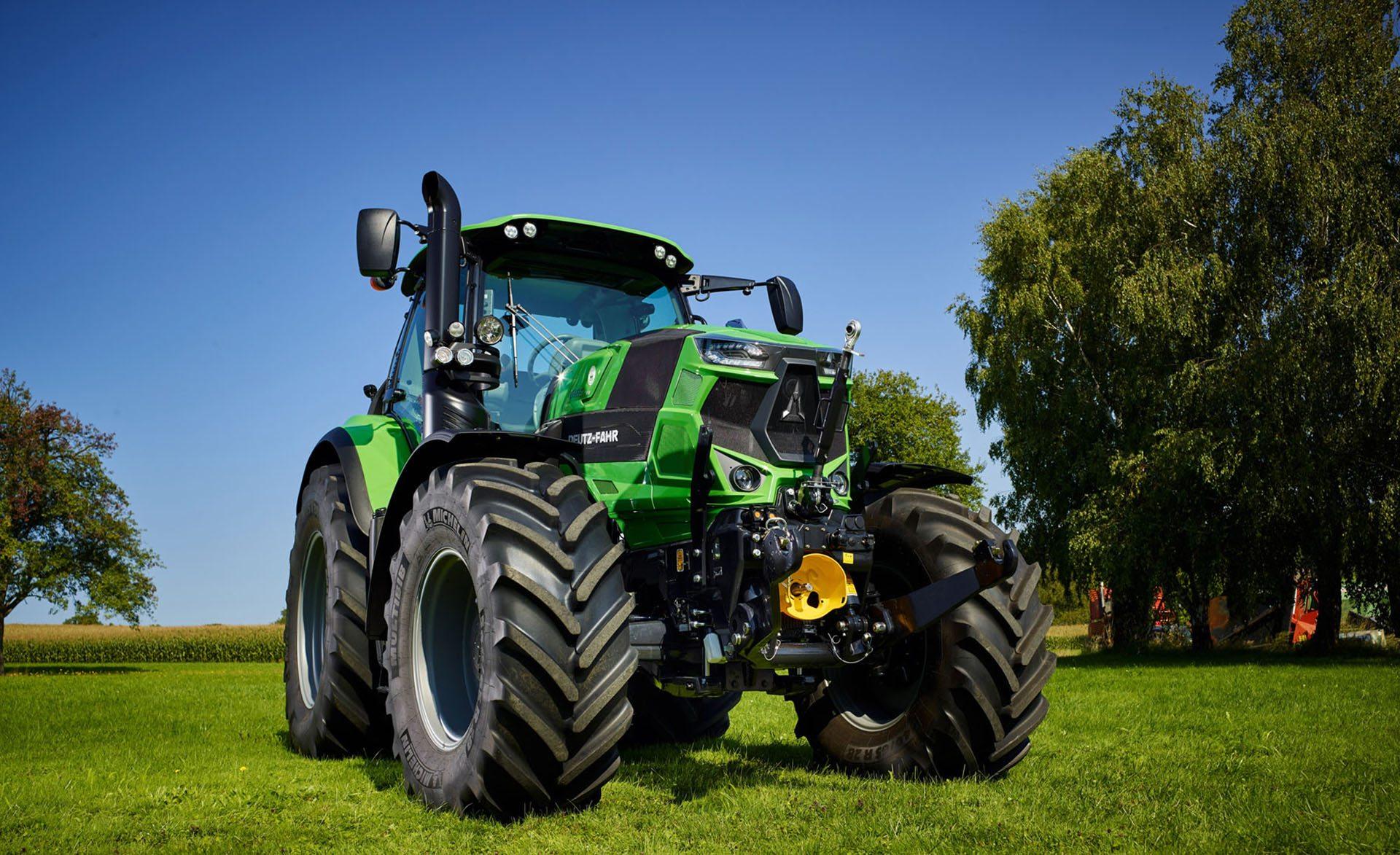 Traktor Serie 6 TTV auf einer Wiese