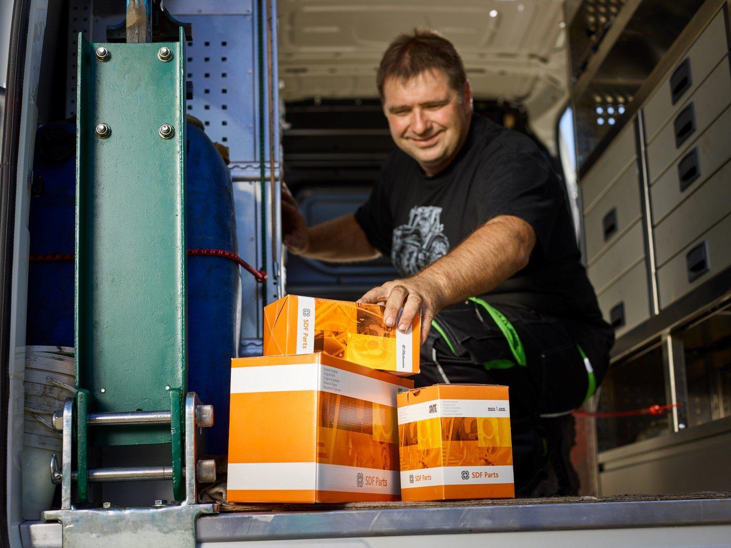 Servicetechniker mit SDF parts Ersatzteilen im Servicebus
