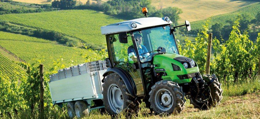 Landwirt fährt mit Agrokid Traktor durch Weinberge