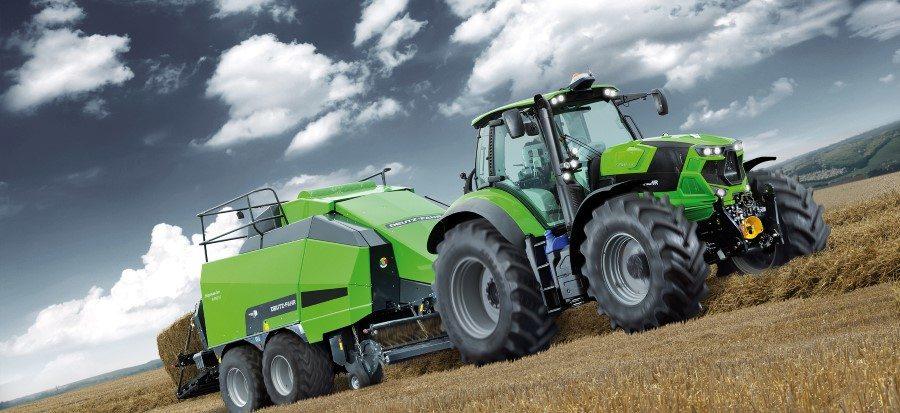 Traktor der Agrotron Serie 7 TTV mit Presse produziert Strohballen auf einem Feld
