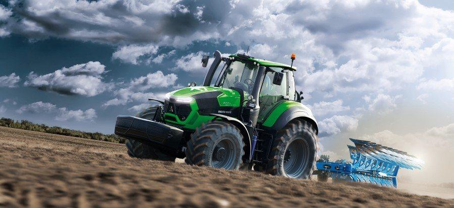 Traktor der Agrotron Serie 9 TTV mit Pflug auf dem Feld