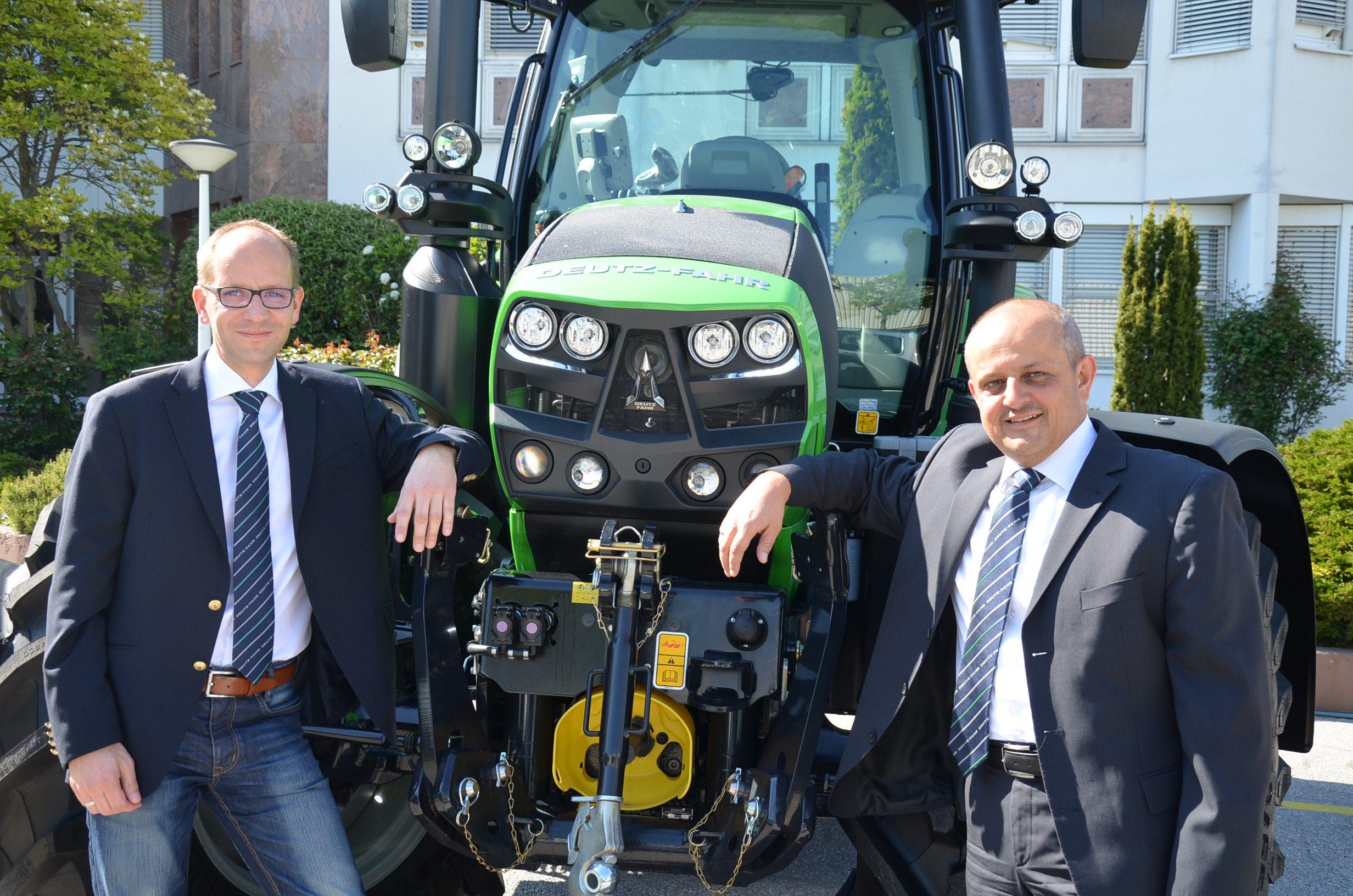 Christian Birsak auf der linken Seite von einem Deutz-Fahr Traktor und Wolfgang Halper auf der rechten Seite
