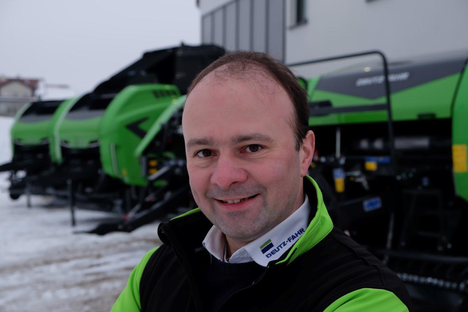 Produktexperte Martin Stögmüller vor einer Auswahl an Deutz-Fahr Pressen
