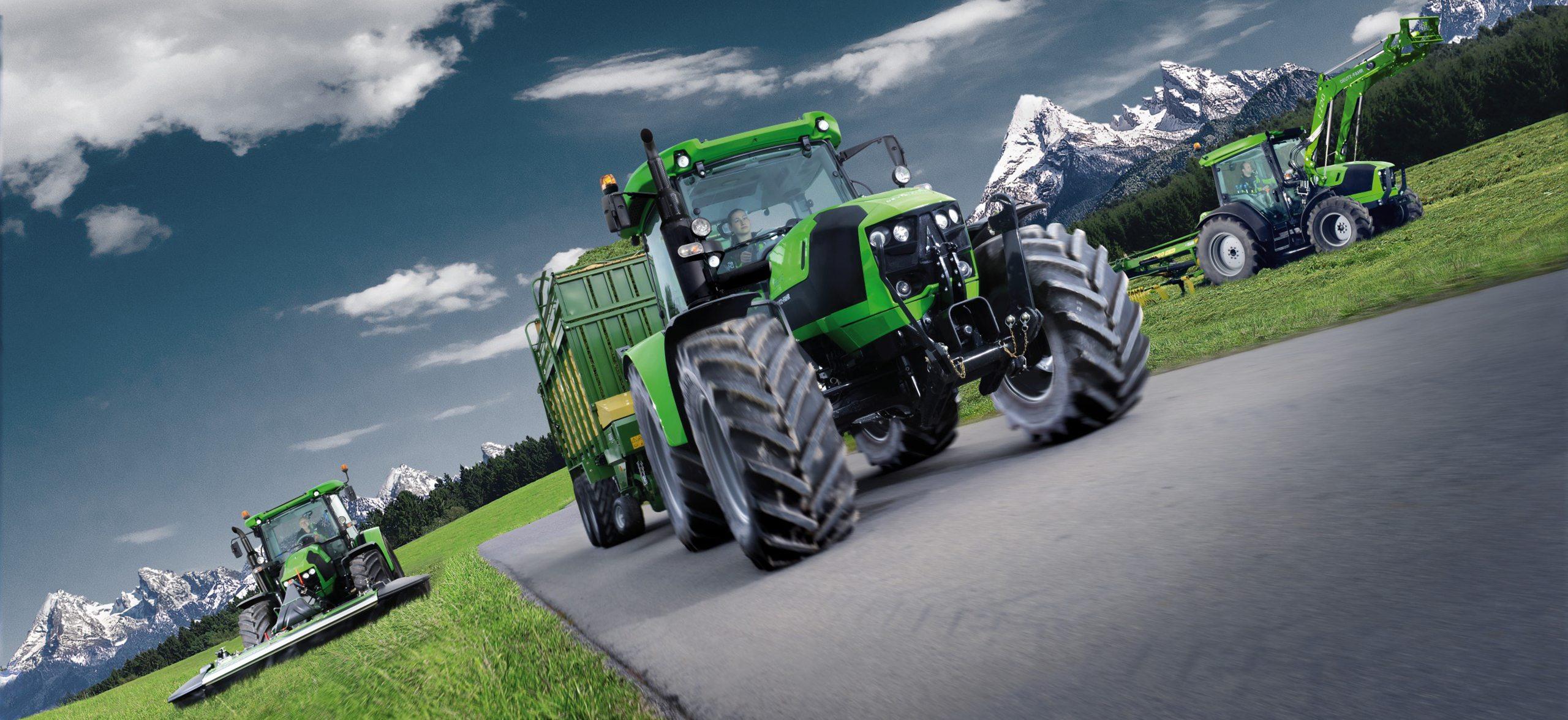 Drei Traktoren der Serie 5G (Tier 4 Final) mit Ladewagen, Frontmähwerk und Frontlader auf Straße und Wiese im Einsatz.