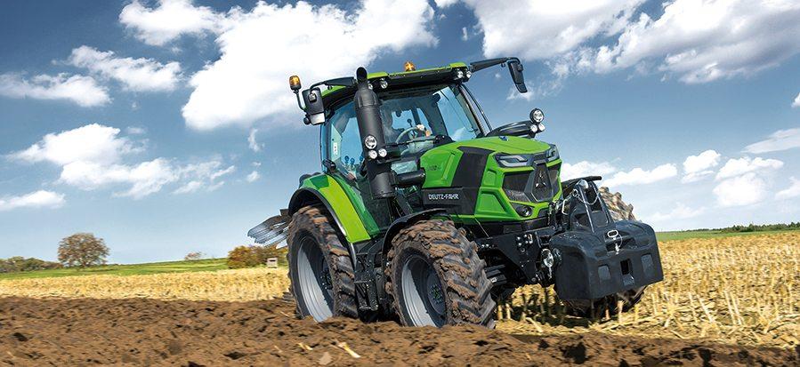 Traktor der Serie 6 auf dem Acker beim Pflügen