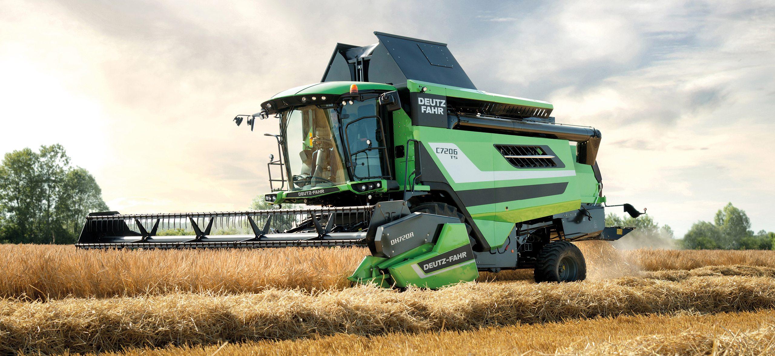 Produktiver Deutz-Fahr Mähdrescher der Serie C700 auf dem Getreidfeld