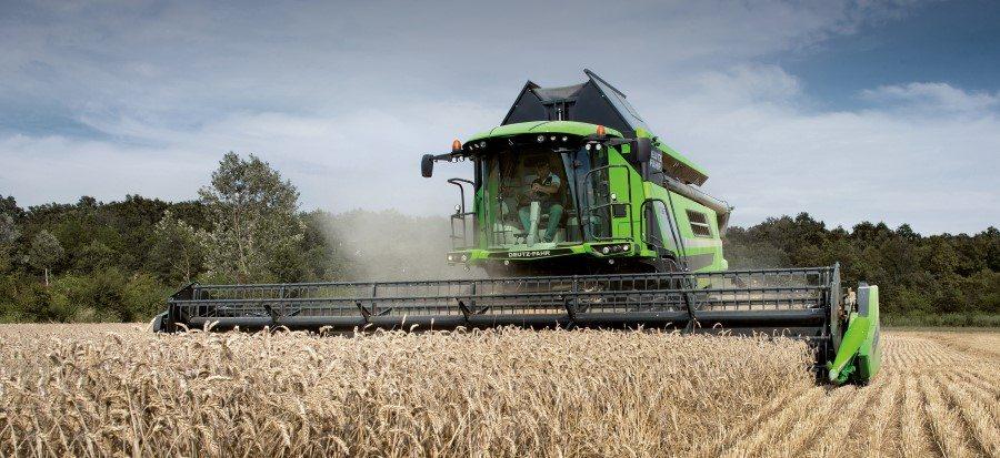 Deutz-Fahr Mähdrescher der Serie C9000 mit sparsamen Motor auf dem Getreidefeld