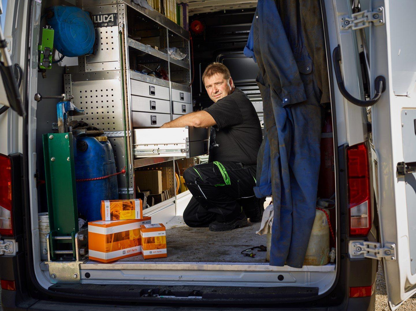 Servicetechniker sucht im Servicebus nach Ersatzteilen